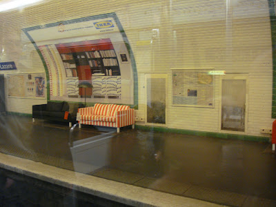 canapés Ikea dans le métro