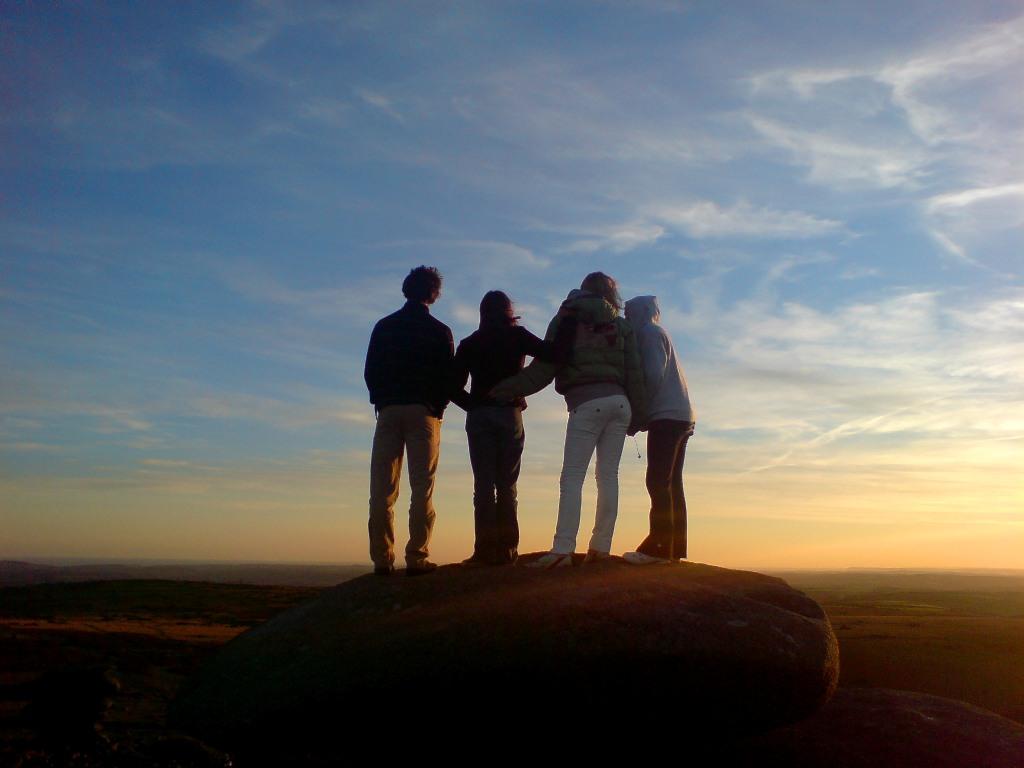 http://2.bp.blogspot.com/_-EjpecWNse8/S-sQHgwC81I/AAAAAAAAAQo/BjLSqd0o0og/s1600/young-people-in-the-sunset-wallpaoer.jpg