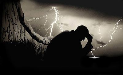 hombre en la tormenta