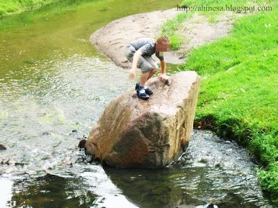 мальчик на камне
