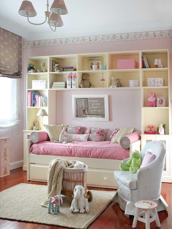 decorada en blanco rosa gris y pinceladas de verde tiene su bao incluido un amplio escritorio para estudiar un armario muy