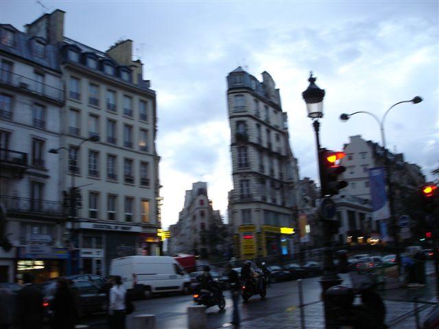 ESQUINA ENTRAÑABLE  DE PARIS. RUE DE LA LUNE Y RUE BEAUREGARD DESDE  EL ARCO DE SAINT DENIS
