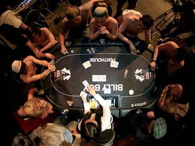 mulheres nua no strip poker