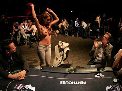 mulher nua jogando