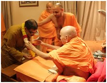 Pujya Pramukh Swami blesses Tarun Vijay
