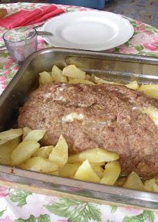Polpettone con patate appena uscito dal forno