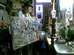 in studio con opera in plastica e olio su tela