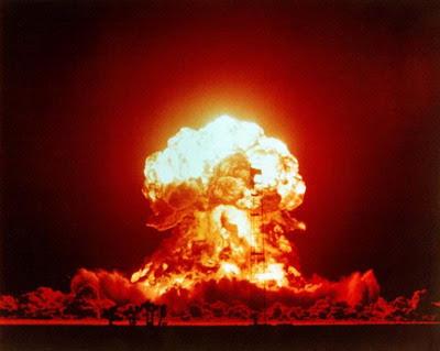 http://2.bp.blogspot.com/_-dO9crHtyPY/SNct5m6OUXI/AAAAAAAAFYY/EcbT6axe8U8/s400/explosao-nuclear01.jpg
