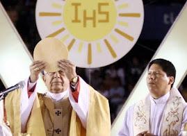 una hostia enorme consagra Julio Cardenal boliviano en Corpues Christi
