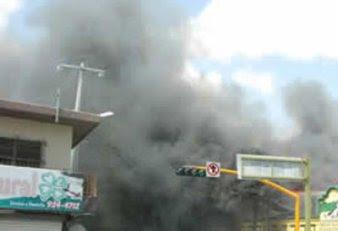 arde Oruro. provocado el incendio en la Aduana