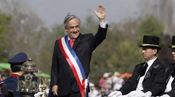 subido a un carruaje tirado por caballos Piñera dió inicio a una parada de 8 mil uniformados