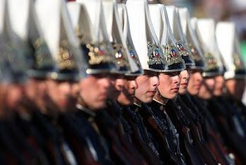 el rostro severo de los caballeros cadetes de Chile en la gran parada