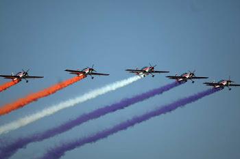 una flotilla de aviones a hélice sobrevuela Santiago en formación