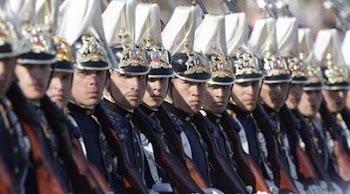 oficiales de infantería preparados para la instrucción de la tropa desfilaron por los dos siglos
