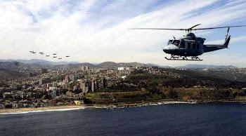 mientras un helicóptero para transporte de tropa sobrevuela en la cercanía de la costa