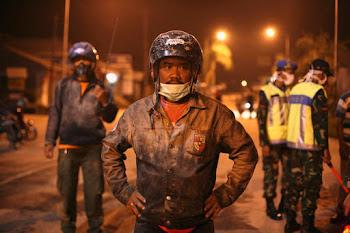 policías y militares de Java agotan esfuerzos para reubicar a cuarenta mil personas