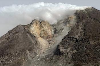 eruptó el volcán Merapi causando muertos y heridos.