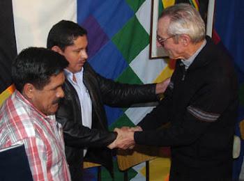 se largó a La Paz y enfrentó al toro por las astas. el Obispo pidió disculpas