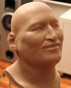 el escultor argentino Diego Licenblat está en pleno trabajo