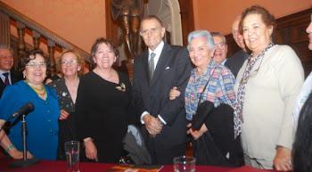 recibiendo el homenaje de la sociedad cochabambina Joaquín Aguirre. Una vida a emular LT