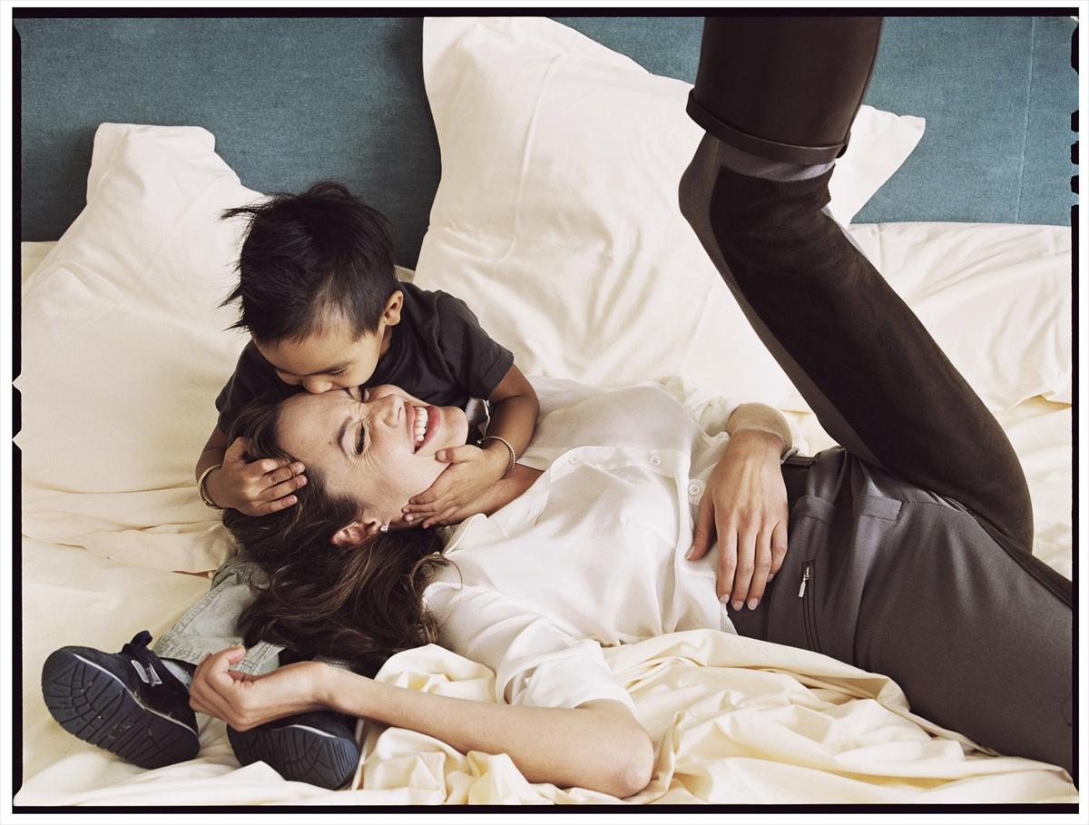 http://2.bp.blogspot.com/_-fVxzJ4ulo0/TME0hDcbOzI/AAAAAAAAAE0/YiOfF4dmBWo/s1600/Annie+Leibovitz+-+Angelina+Jolie+and+son+Maddox.jpg