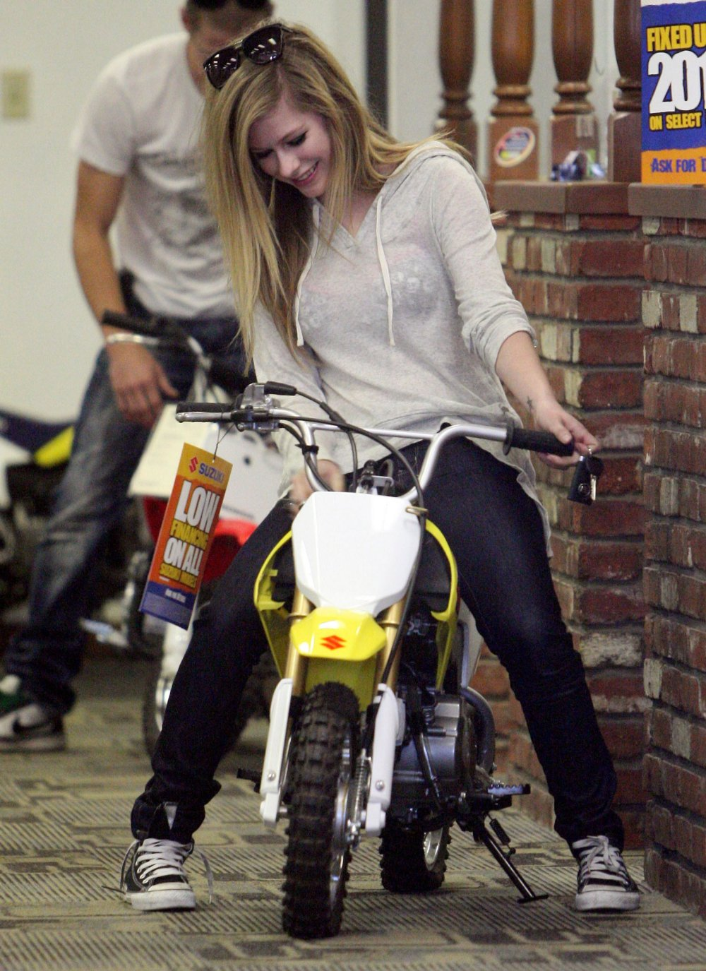 http://2.bp.blogspot.com/_-knQcvB6hEw/TCTZ1jK9wfI/AAAAAAAAH48/X1VtuB7V90k/s1600/Avril+Lavigne+-+checking+out+some+rides+at+Honda+of+Hollywood6.jpg