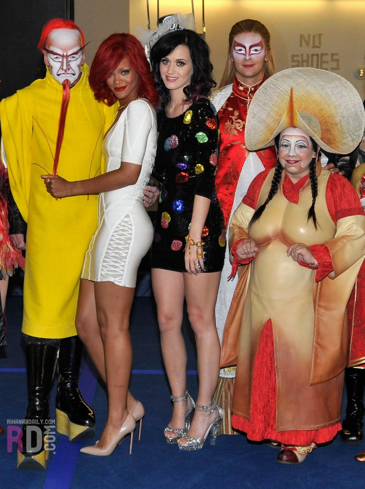 http://2.bp.blogspot.com/_-knQcvB6hEw/TJdQSSmLoYI/AAAAAAAAIyc/TcK7isQNHT4/s1600/Katy+Perry+%26+Rihanna+leggy+%40+MGM+Grand+Hotel+in+Vegas10.jpg