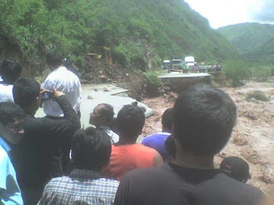 Destruccion de Vias por el Rio