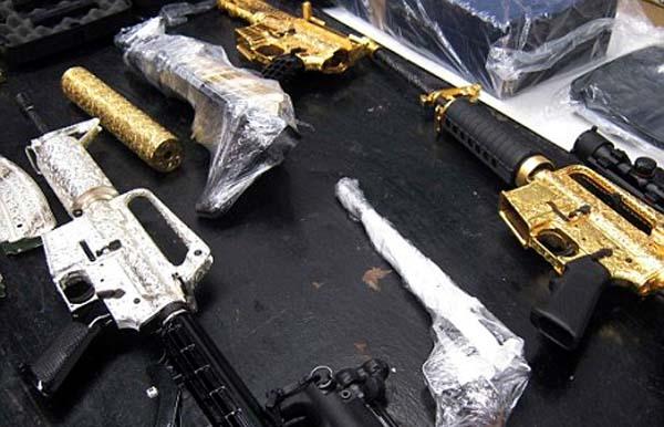 Ditemui puluhan senjata api berlapis emas dan berlian