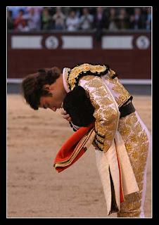 Fernando Robleño agradece los aplausos del público antes de dar la vuelta al ruedo tras la muerte del sexto (Foto: Juan Pelegrín de las-ventas.com)
