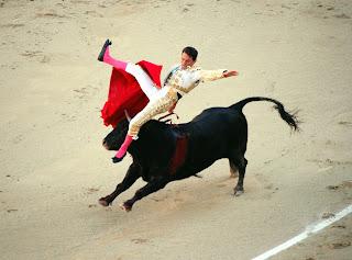 Joselillo es arrollado por un toro de Dolores Aguirre en Madrid
