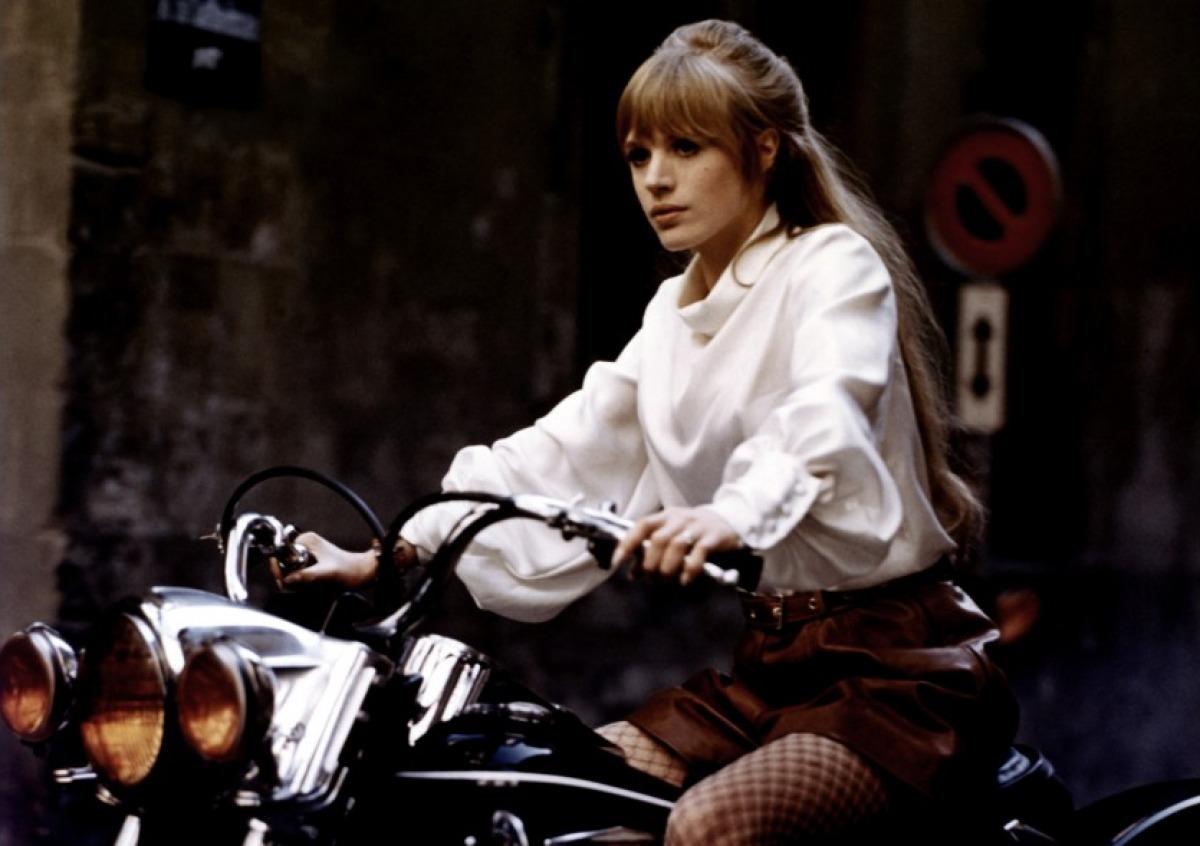 http://2.bp.blogspot.com/_-wlW5BxRhqg/THhEXfla1_I/AAAAAAAABQo/TOA_8Elw_Bs/s1600/Girl+on+a+motorcycle,+1968.jpg