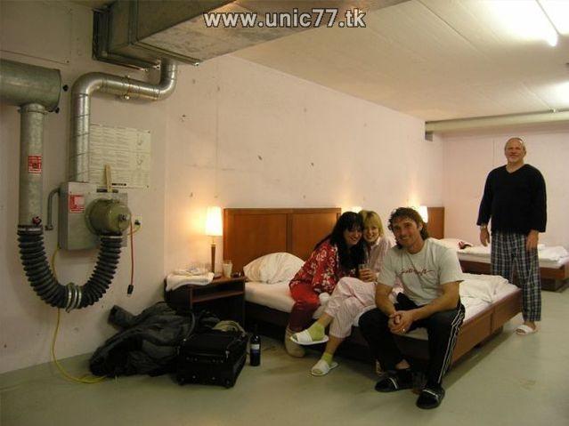 http://2.bp.blogspot.com/_-x7gqq9QJuA/TIYrfdR0_rI/AAAAAAAATVs/q6lYYf1s6Lk/s1600/zero_star_hotel_18.jpg