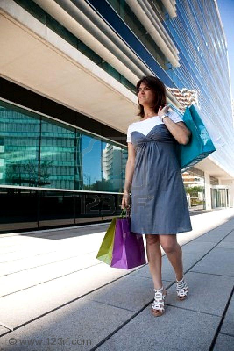 5521099 La Mujer Feliz Caminando Por La Calle Con Bolsas De La  Pra