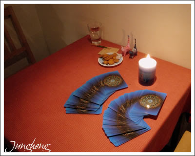 小小咖啡的桌子和牌