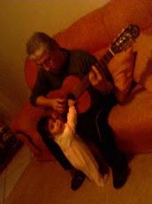2007. Com a neta Giovanna e o amigo violão