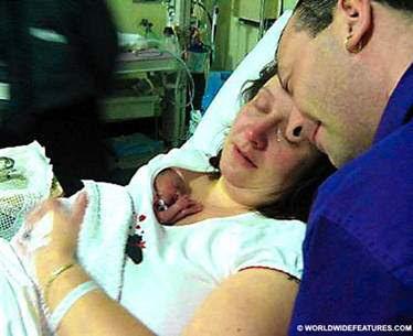 Carolyn Isbister con su hija recién nacida