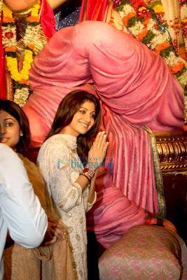 Shamita Shetty & Shilpa Shetty at the mumbai lalbaug ganesh darshan pic