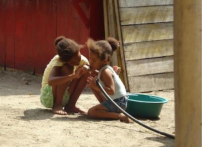 Young Ecuadorian girls - Photo by Flickr user 'ximenacab'