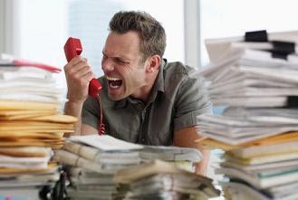 chefe irritado telefone gritando