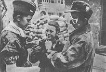 """Żołnierze z batalionu """"Parasol"""" po wyjściu z kanału na ul. Wareckiej (Śródmieście-Północ)."""