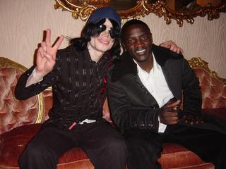 Akon grava musica de homenagem a MJ...nao tem como nao chorar...lindaaaaa Akon-and-MJ1