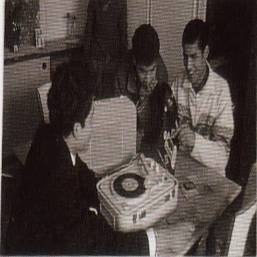Dans les années 60, des ouvriers autour d'un teppaz