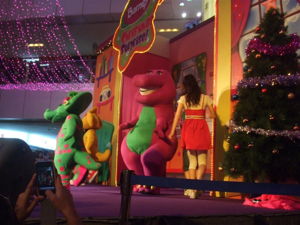 乐萱,乐言。我们的爱情宣言!: Barney Christmas Surprise @ United Square
