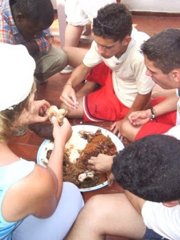 Los chic@s comiendo con las manos
