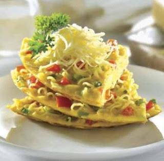 Ramen Noodles Omelette (Dadar Telur Mie Instant)