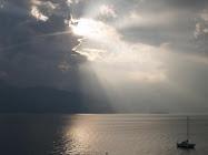 El sol asomando sobre el Lago Maggiore.