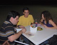 Marcelo Mourâo, autografando  O Diário do Camaleão, no POLEM, com Lucília Dowslley e Fred Giesen