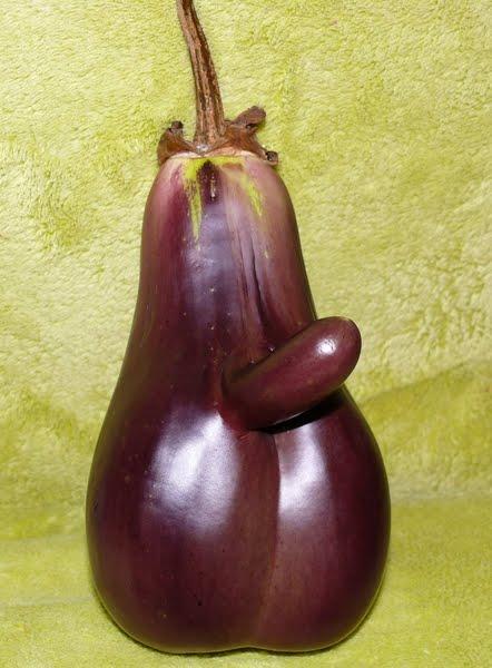 Порно засунули баклажаны за место хуя