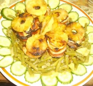 Articole culinare : Rulouri de pui invelite in bacon cu garnitura de fasole verde